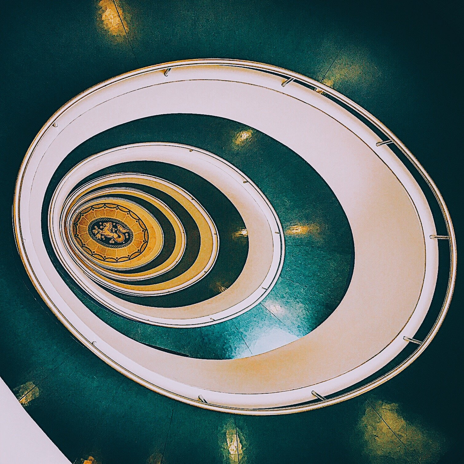 Spiralförmige grüne Treppe: Versmannhaus, Treppenhäuser Hamburg