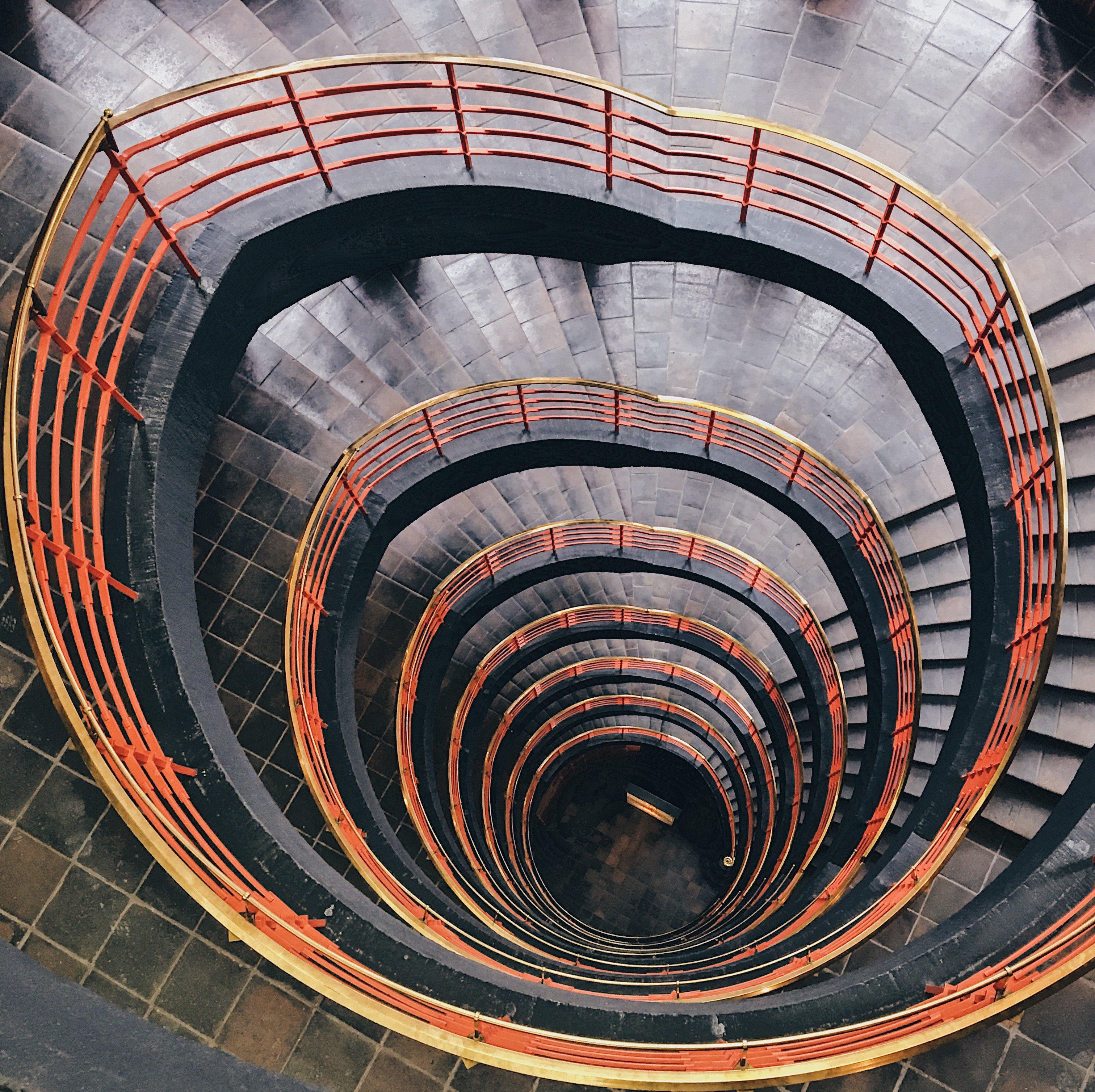 Spiralförmiges Treppe im Sprinkenhof: Treppenhäuser Hamburg