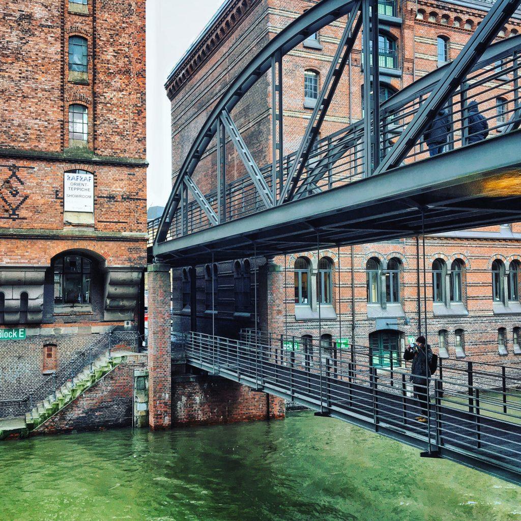 Kibbelstegbrücke: Speicherstadt. Blick auf Hamburgs Kanäle (Foto: Susanne Krieg, Frau Elbville. Hamburg Companion)