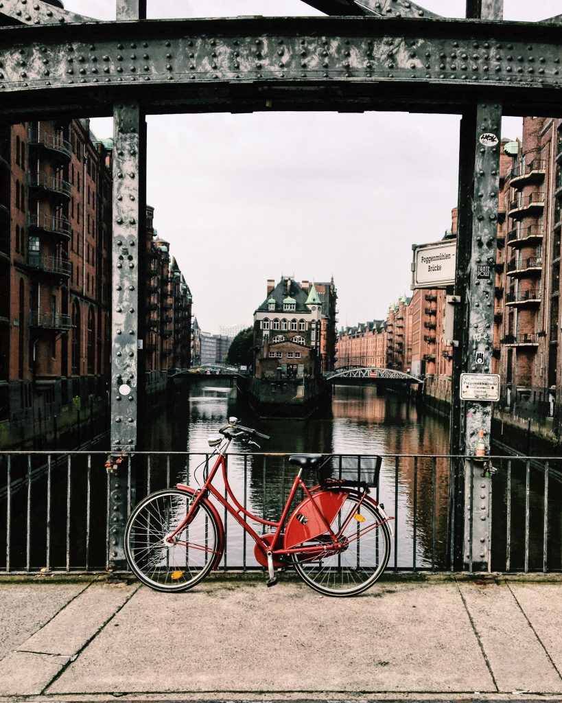 Blick von der Poggenmühlenbrücke auf Hamburgs Kanäle