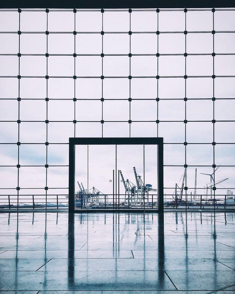 Ein Fenster in der Großen Elbstraße, Hamburg Companion, Frau Elbville