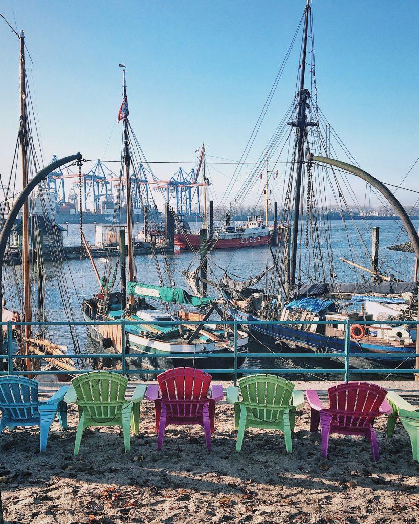 Stühle am Museumshafen Neumühlen, Hamburg Övelgönne
