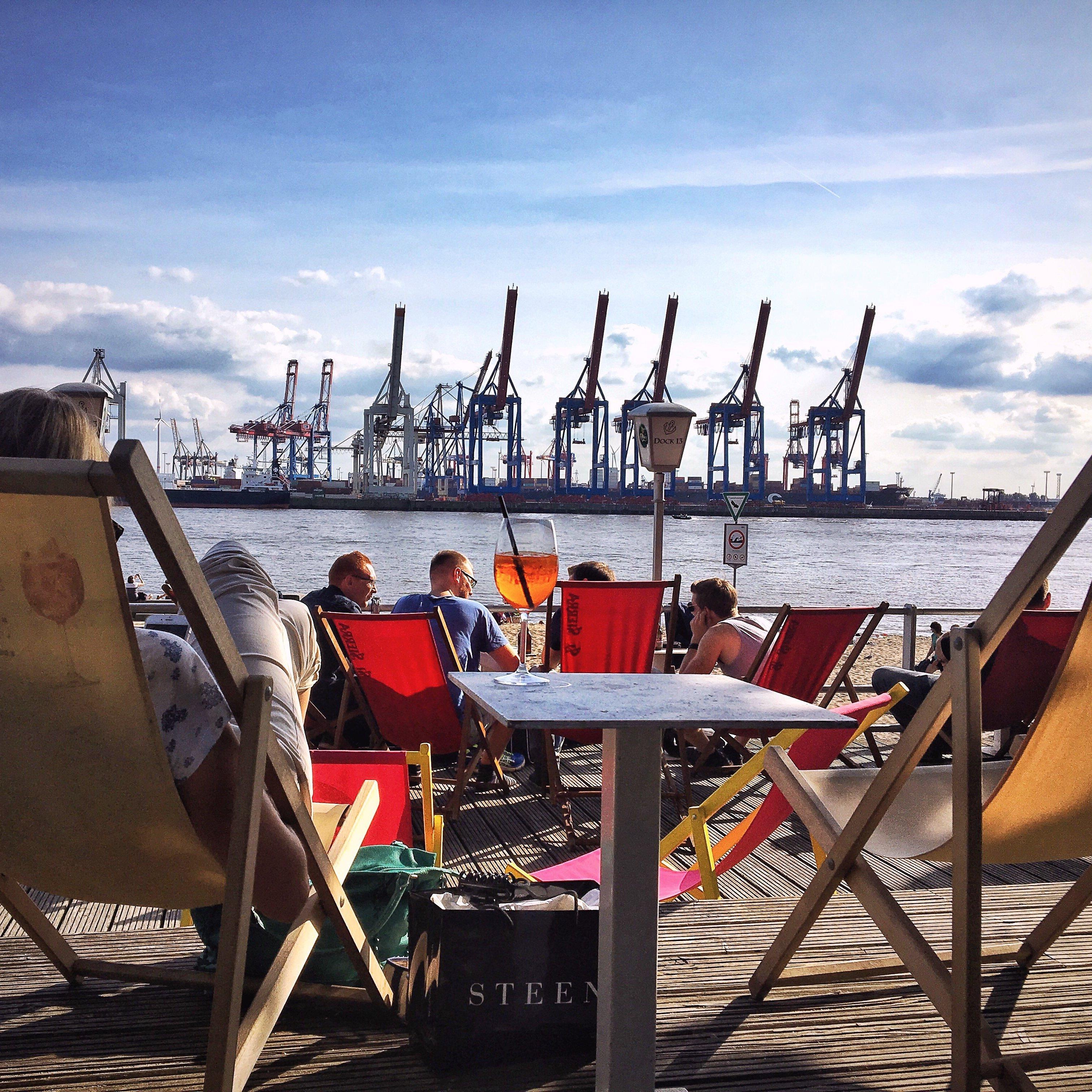 Draussen Sitzen In Hamburg: Das Dock 13, Eine Hamburger Bar Am Elbstrand Von Övelgönne
