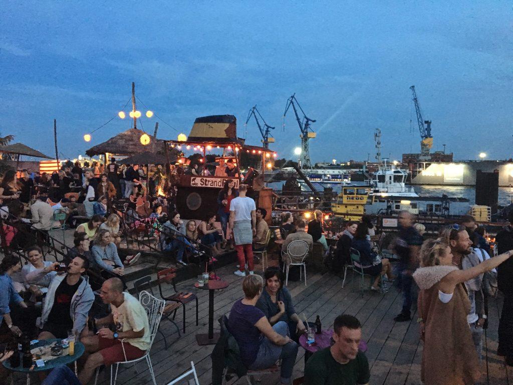 StrandPauli: draussen sitzen in Hamburg (Frau Elbville)