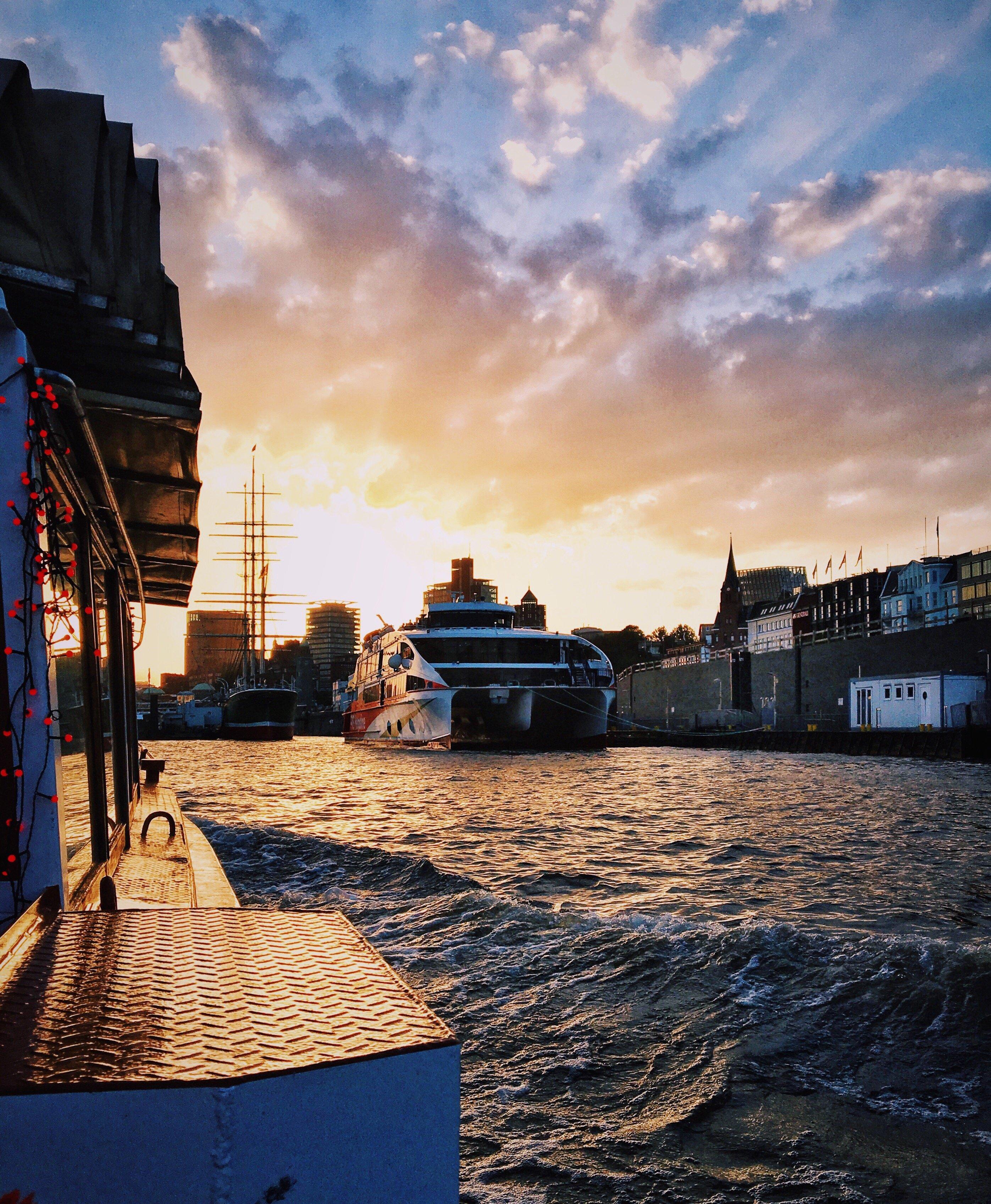 Urlaubsfeeling: auf Frau Hedi durch den Hafen mit Frau Elbville Staycation Hamburg