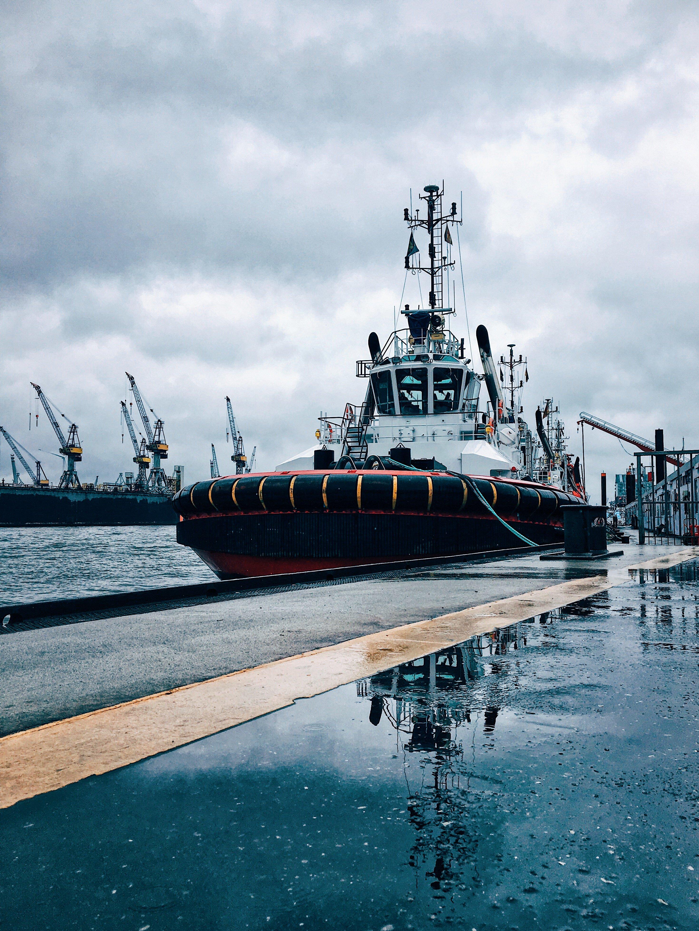 Pfütze am Hafen: Hamburg im Regen - Aktivitäten bei Schmuddelwetter Frau Elbville