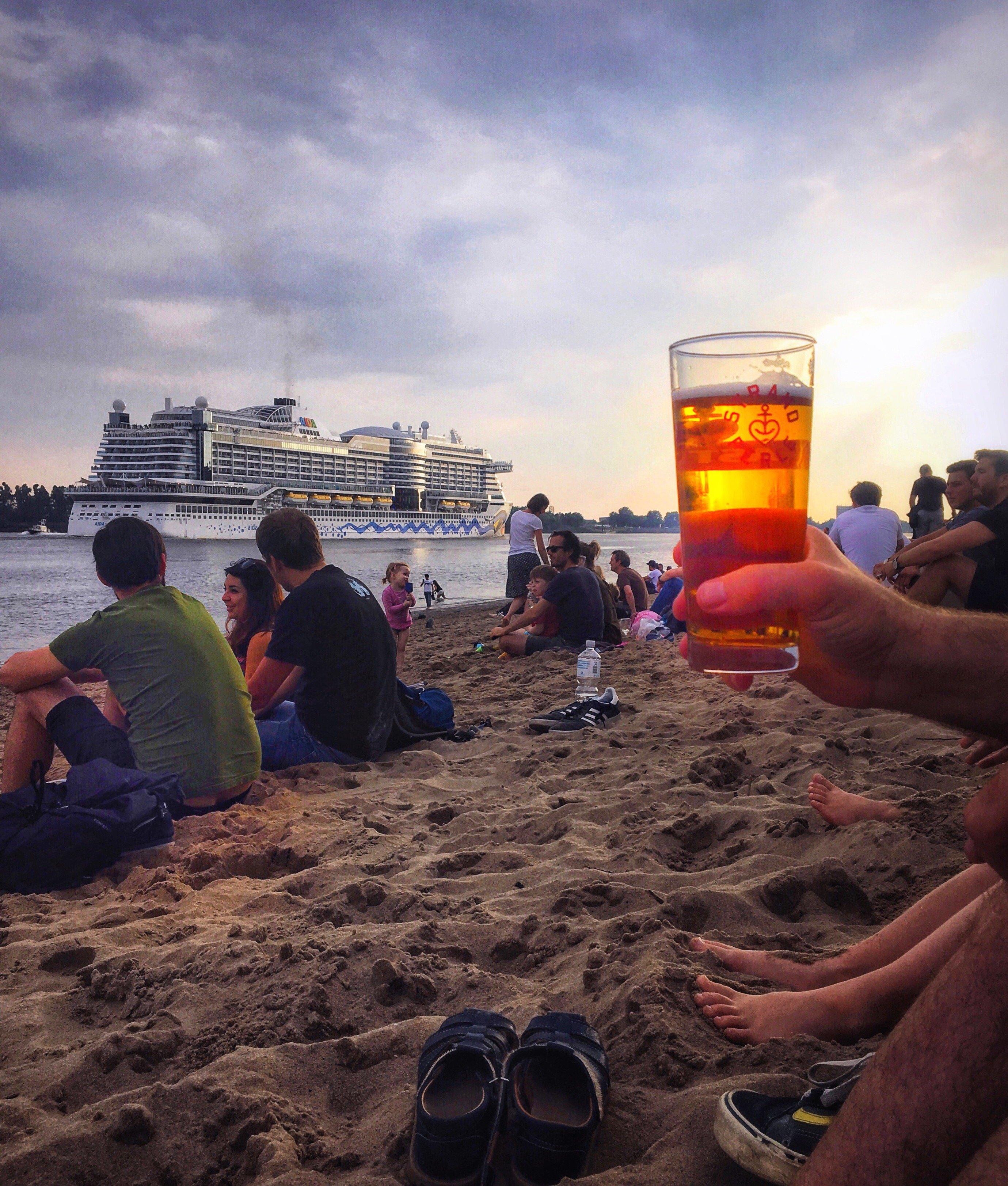 Kreuzfahrtschiffe gucken am Elbstrand: Staycation, Urlaub in Hamburg, Elbville