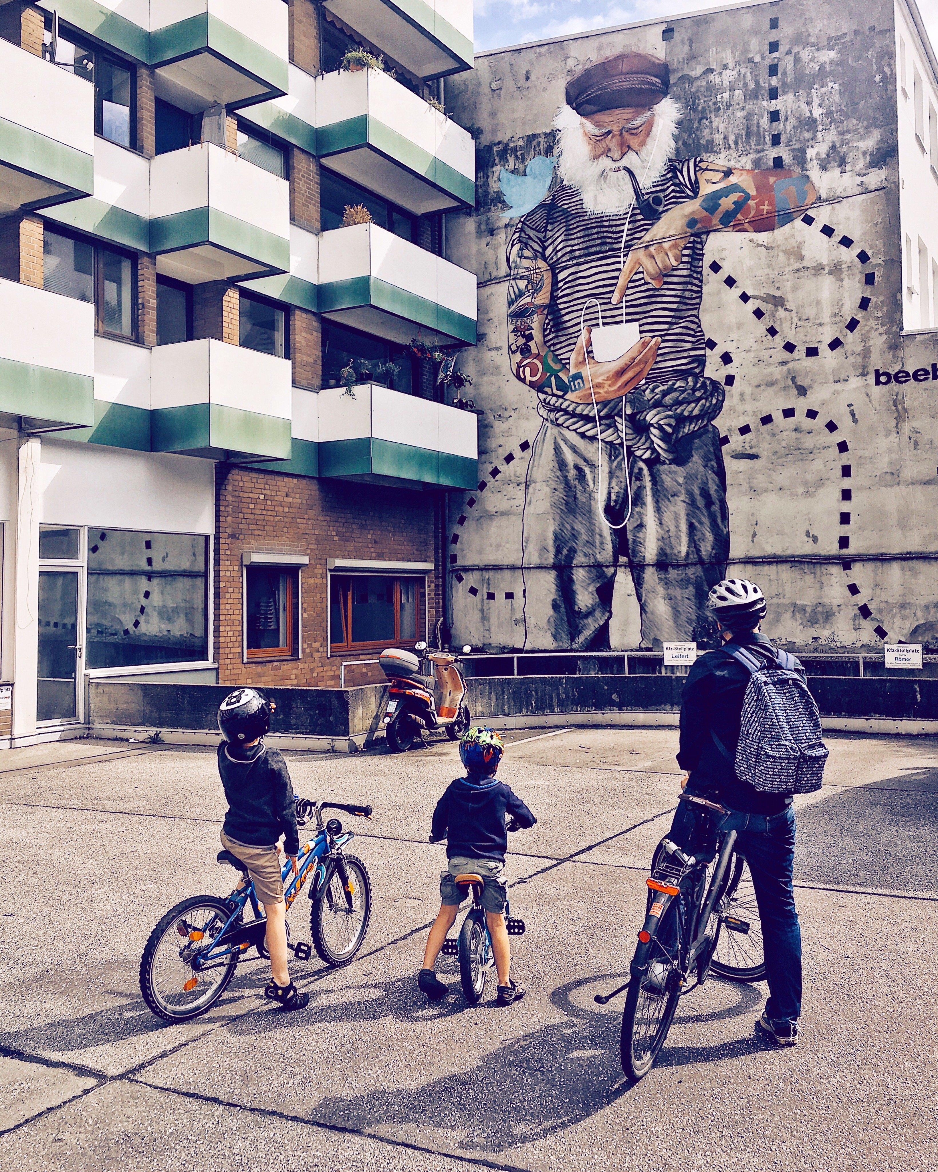 Streetart Hamburg: Graffiti Innerfields Seebär Sternschanze Frau Elbville Hamburg Companion