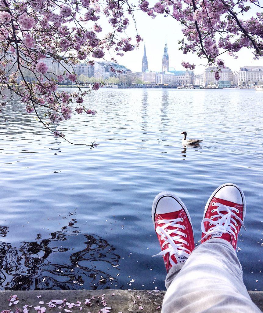 Kirschblüte in Hamburg: Frau Elbvilles Staycation, Urlaub an der Alster