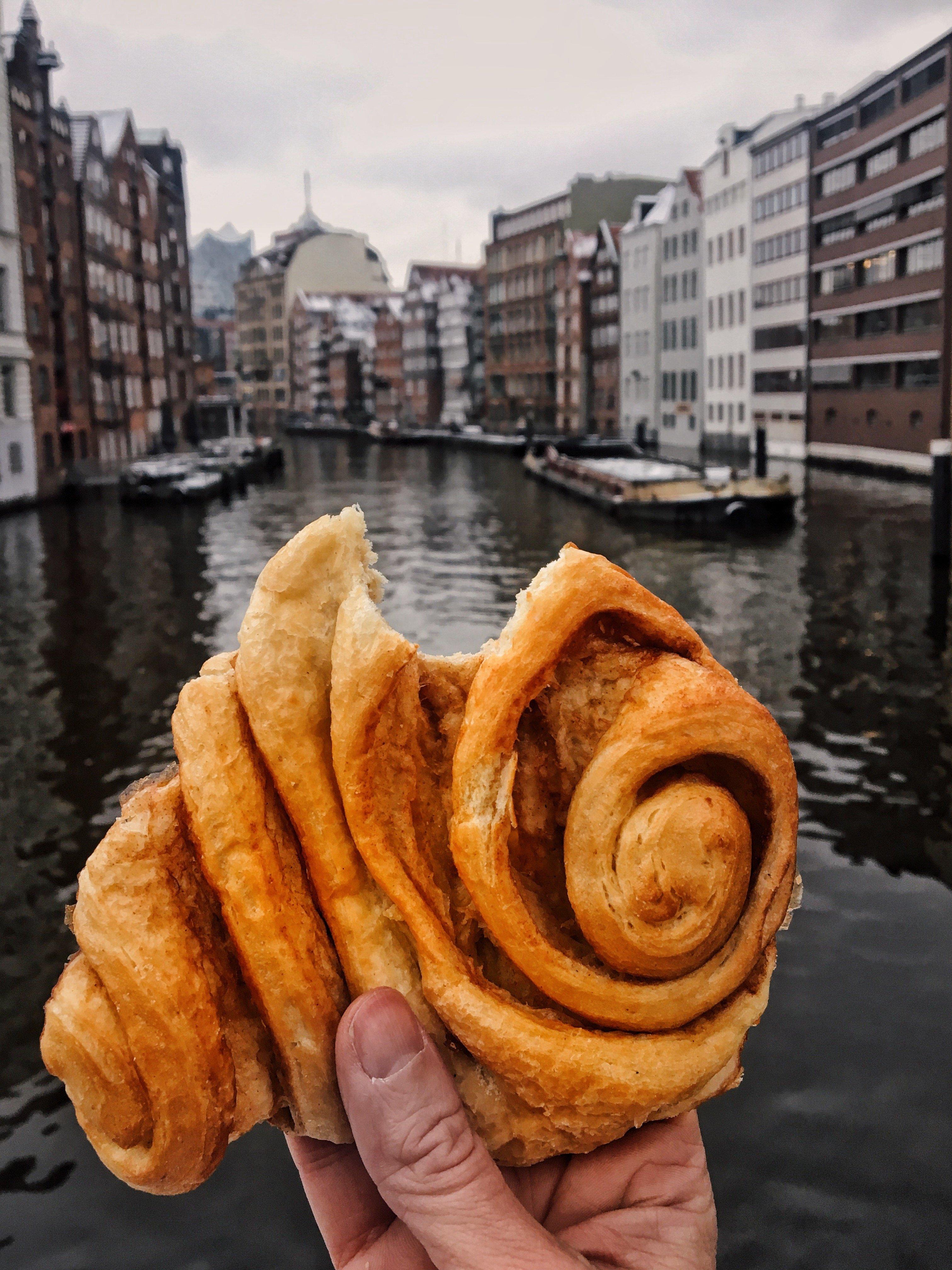 Am Nikolaifleet gibt es die besten Franzbrötchen von Hamburg!