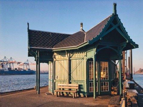 Wartehäuschen Döns Övelgönne Neumühlen Museumshafen / Hamburg / Frau Elbville