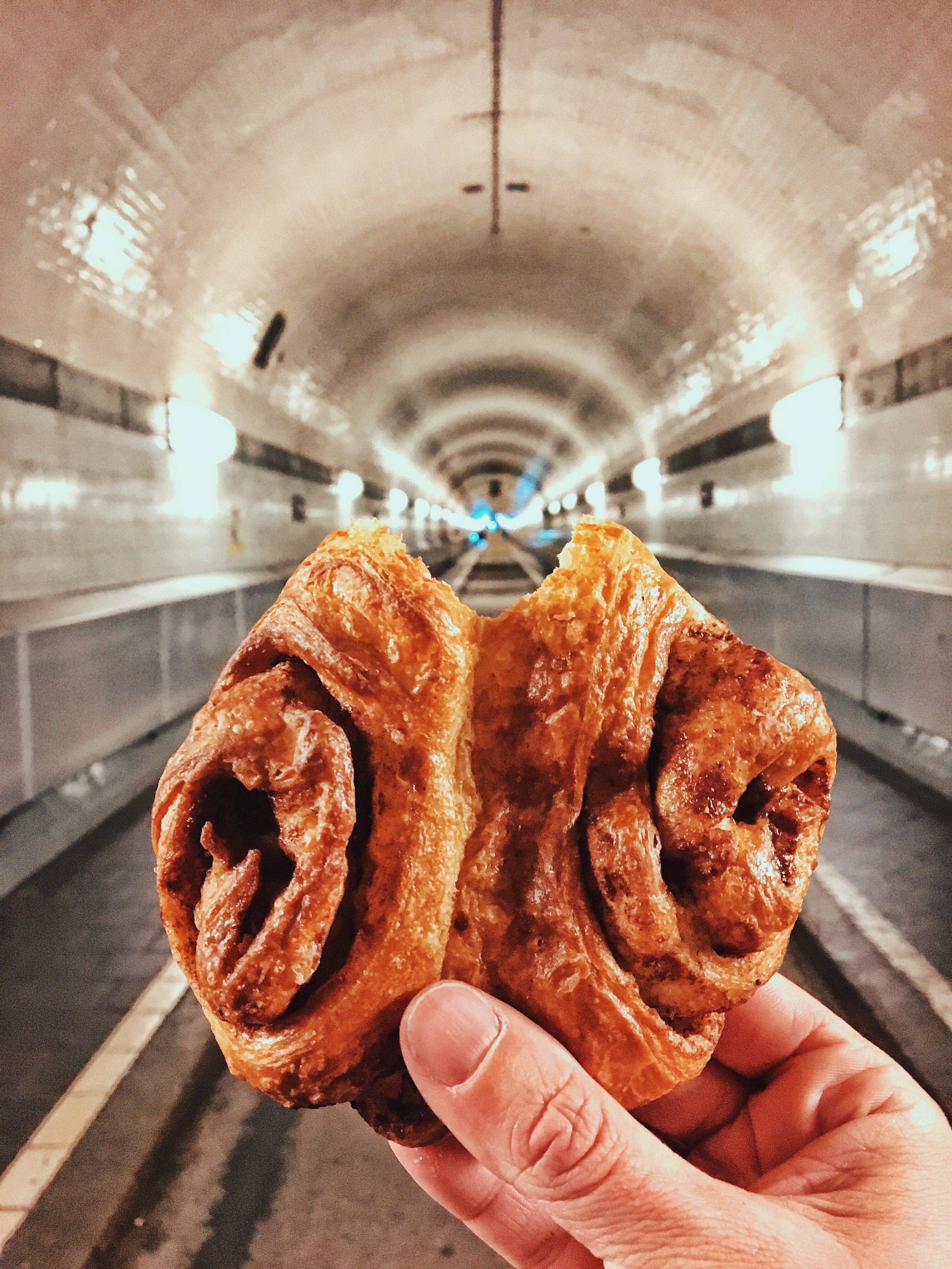Das Hamburger Franzbrötchen im Elbtunnel von St. Pauli : Ein Genuss, findet Frau Elbville aka Susanne Krieg