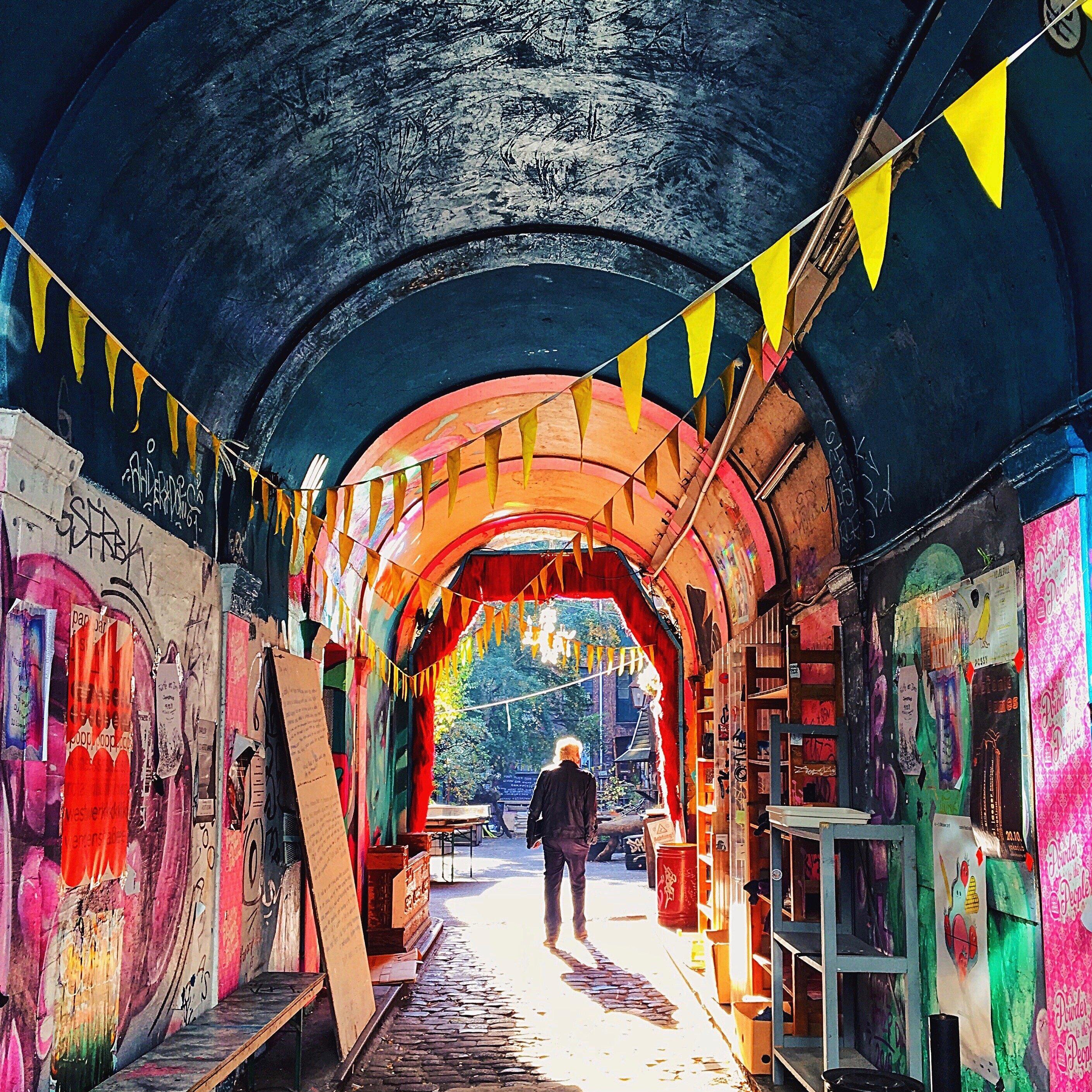 Ein Bunter Streetart Tunnel, Der In Das Hamburger Gängeviertel Führt