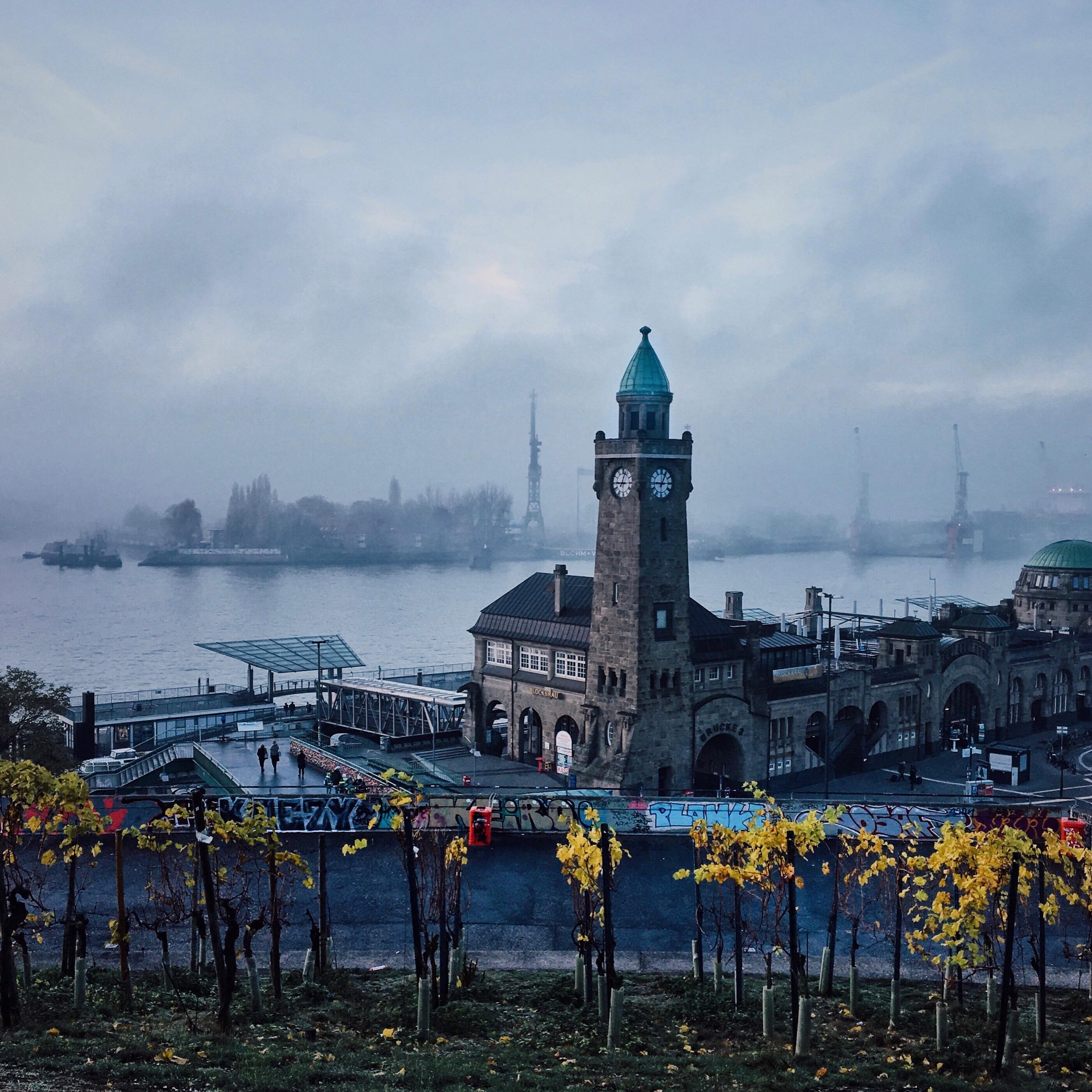 Top Fotospots in Hamburg: Der Stintfang mit Blick auf die Landungsbrücken in Nebel und Herbst