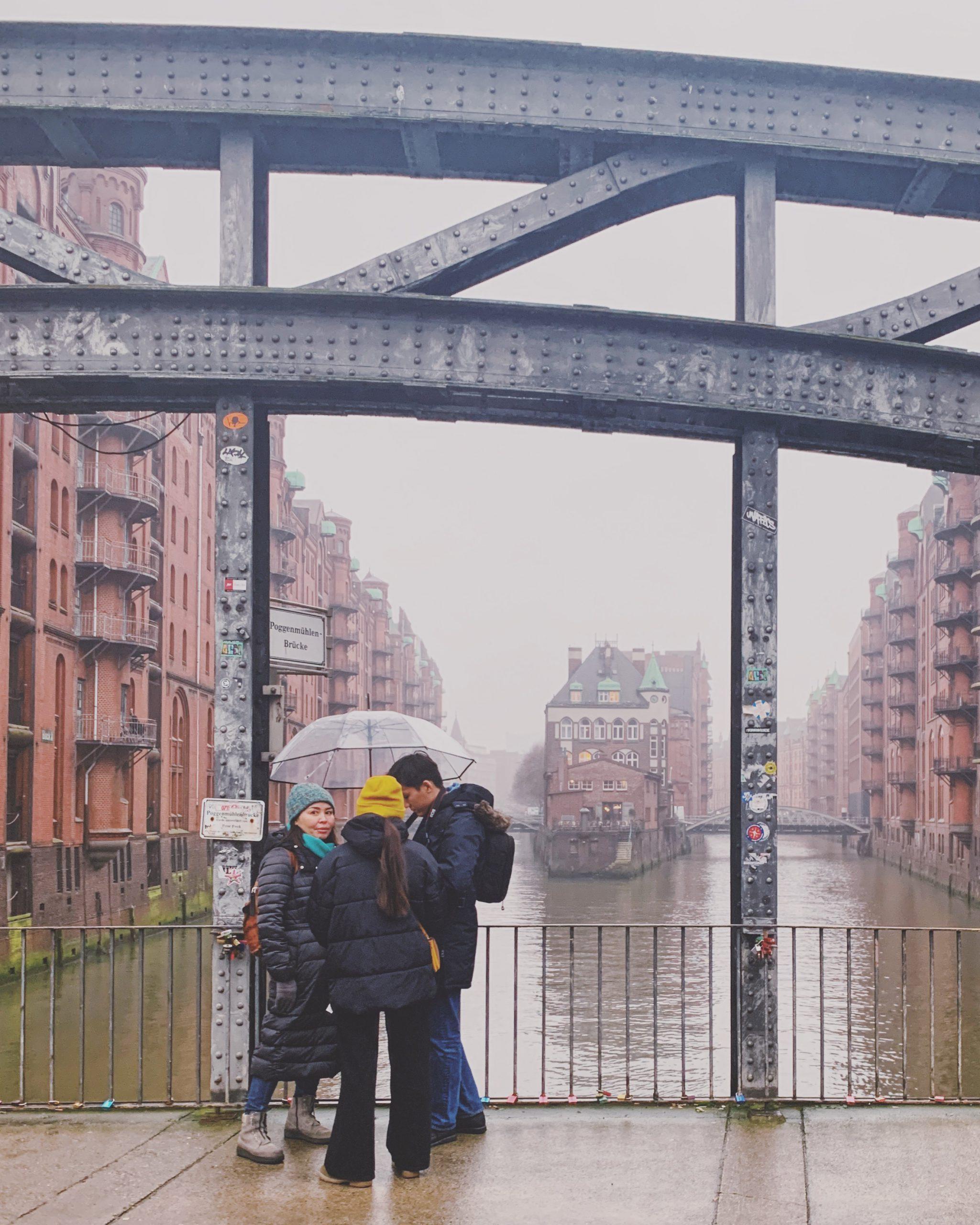 Schietwetter fotografieren in Hamburg: Nebel in der Speicherstadt am Wasserschloss