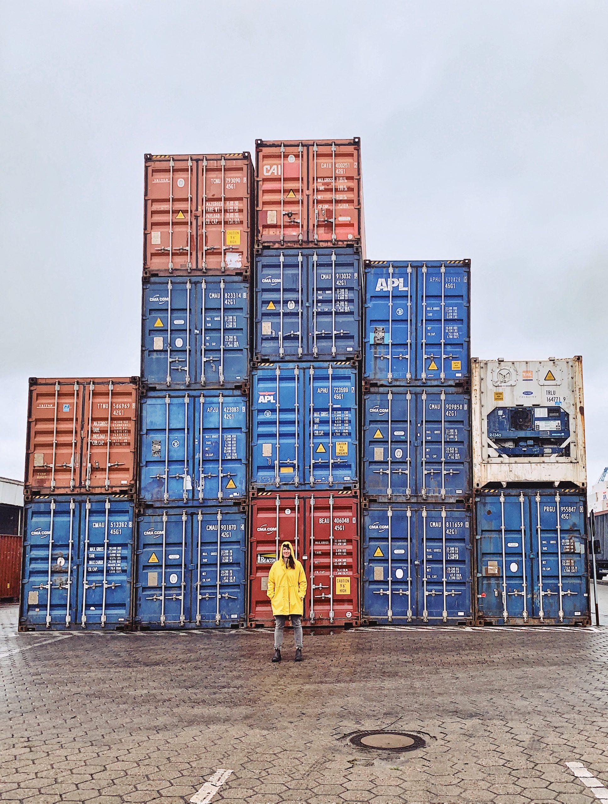 Bei Schietwetter fotografieren: Container im Hafen Hamburg