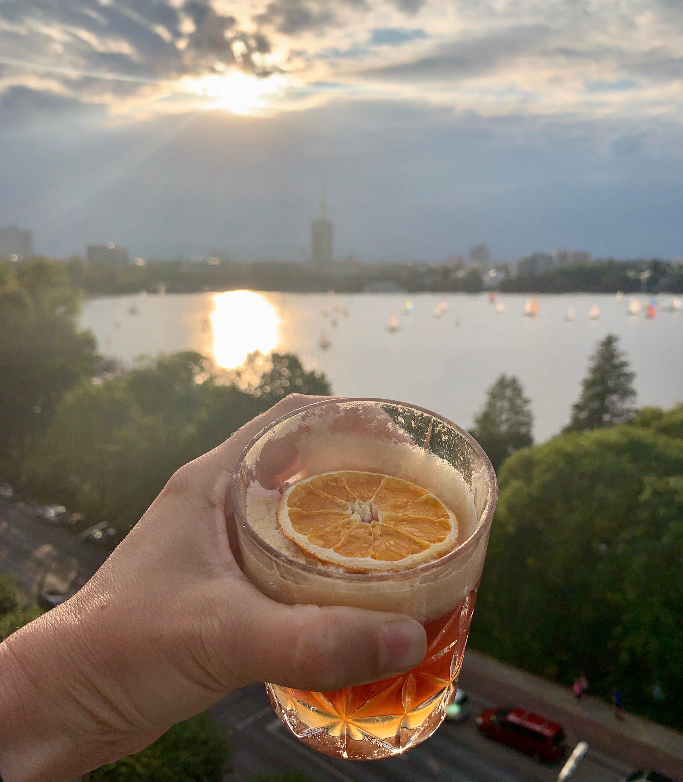 Das Heritage Hamburg an der Alster: Eine Bar mit Aussicht auf Segelboote