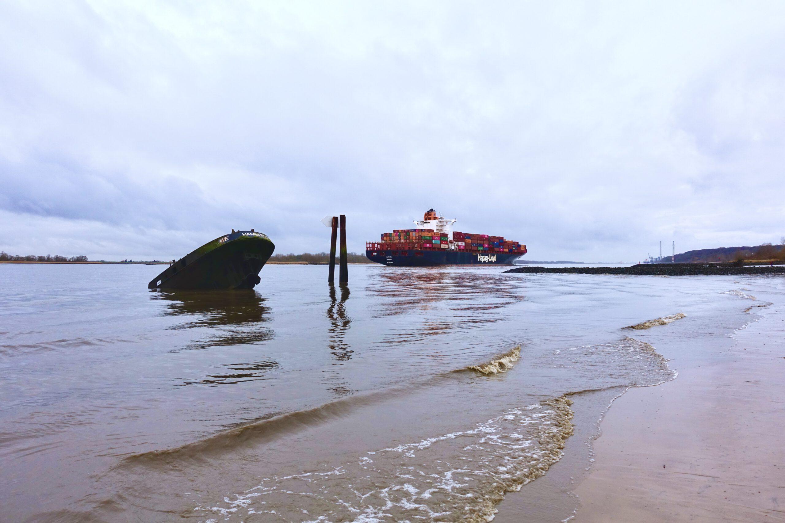 Schiffe in Hamburg: Schiffswrack Uwe in Blankenese