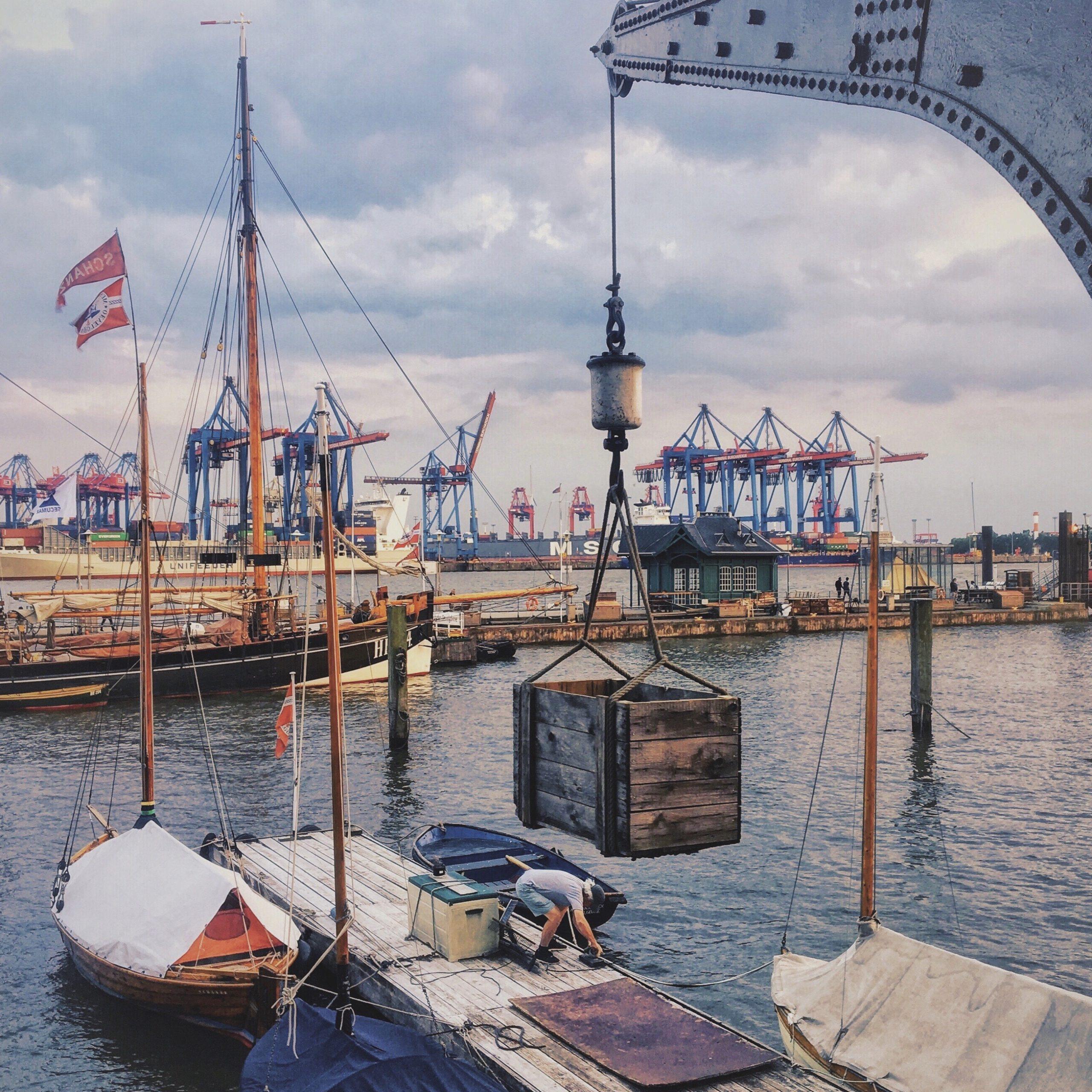 Der Hafen. Die Elbe. Die Kräne.